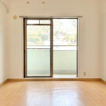 【洋室③】向かい側の洋室へ。バルコニー付き。(※写真は1階の同間取り別部屋のものです)