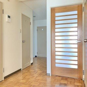 【1階廊下】ドアがたくさん。納屋の向かい側を開けると・・・(※写真は1階の同間取り別部屋のものです)