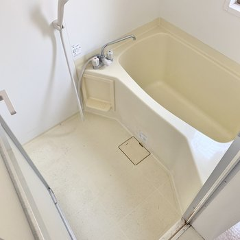 浴室は窓付き。(※写真は1階の同間取り別部屋、クリーニング前のものです)