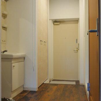 廊下から玄関を。