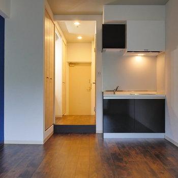 冷蔵庫や電子レンジはブルーの壁側に。