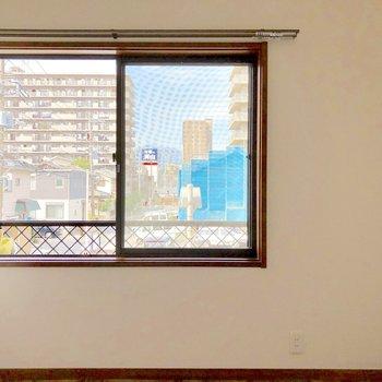 【洋室4.5帖】窓にはシャッターも付いていますよ