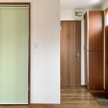【DK】キッチンから玄関方面を見ると、気になるロールカーテンが……