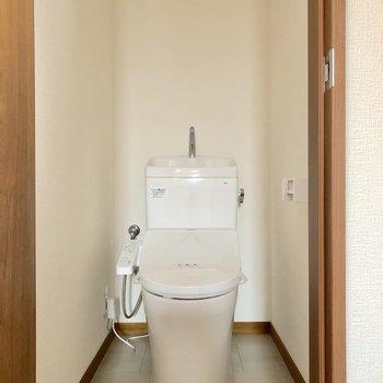 トイレは玄関横にあります