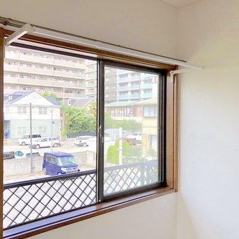 【洋室6帖】窓には物干し竿付きです。雨の日でも安心して洗濯ができます
