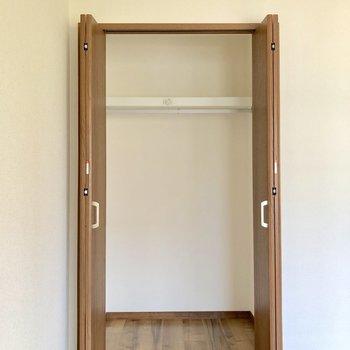 【洋室4.5帖】隣の洋室と同じく2段に分かれていて、使いやすそうです