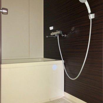お風呂はシックなパネルで落ち着きます※写真は通電前・フラッシュを使用して撮影しています
