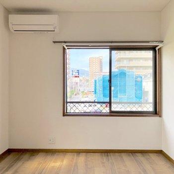 【洋室6帖】こちらの洋室にはテレビや丸いローテーブルを置きたいなあ
