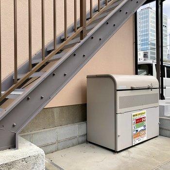 階段下にごみ捨て場があります