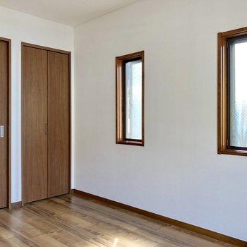 【洋室6帖】小窓が2つ並んでいます。窓を開けると風の通りがいいんです