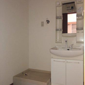 脱衣所には洗面台と洗濯機置き場※写真は通電前・フラッシュを使って撮影しています