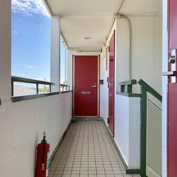 廊下から見るとドアは赤色。いろんな色が使われていますね