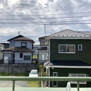 窓からは道路と住宅が見えます