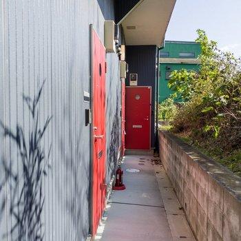 赤い扉が特徴的です。