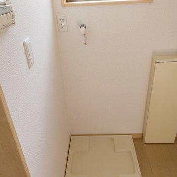 玄関横には洗濯機置場があります。