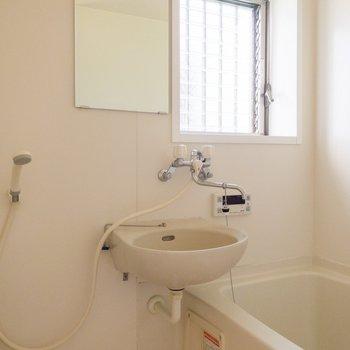 明るい印象の浴室。