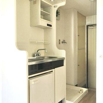 キッチン左下に冷蔵庫が付いています