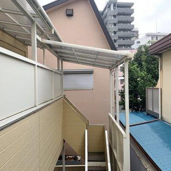 眺望は共用部と周りの住宅が見えます