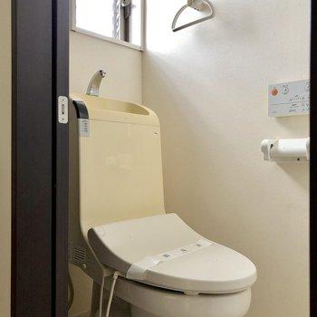 トイレには小窓付き。換気もしやすいですね