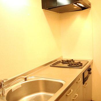 システムキッチンはグリル付き!※写真は1階の同間取り別部屋のものです