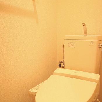 トイレもきれい。※写真は1階の同間取り別部屋のものです