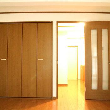 ブラウンベースのデザインです。※写真は1階の同間取り別部屋のものです