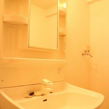 独立洗面台だって、ちゃんとあります!※写真は1階の同間取り別部屋のものです