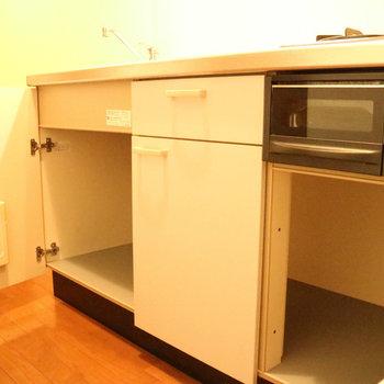 キッチンは戸棚がたくさん!※写真は1階の同間取り別部屋のものです