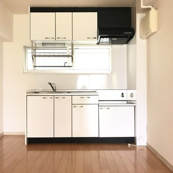 ぴかぴかのキッチン。窓があって換気もできるね!(※写真は外壁工事中のものです)