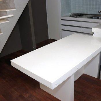 【1階】キッチン手前の机で食事を