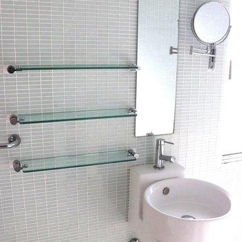 【2階】面台に可愛い円鏡