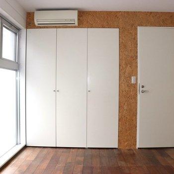 【2階】2階の部屋 窓側は収納