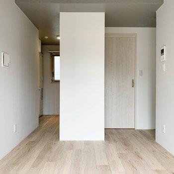 左奥がキッチン。右の扉が脱衣所です。