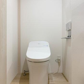 脱衣所にスマートなトイレ。