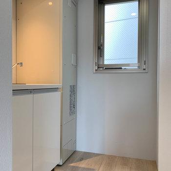 キッチン部分です。こちらにも小窓付き。