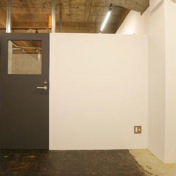 【クローズドブース】ドアはもちろん鍵付き。