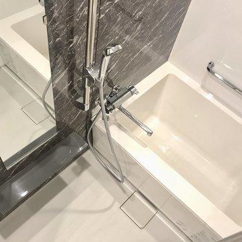 お風呂は浴室乾燥機付きです。※写真は6階の反転間取り別部屋のものです