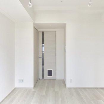 ベッドは右側、テレビは左側かな。※写真は6階の反転間取り別部屋のものです