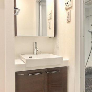 独立洗面台。鏡が大きいのが嬉しい〜※写真は6階の反転間取り別部屋のものです