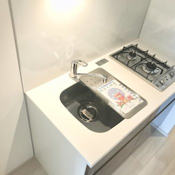 システムキッチン。調理台がついているのも嬉しい〜※写真は6階の反転間取り別部屋のものです