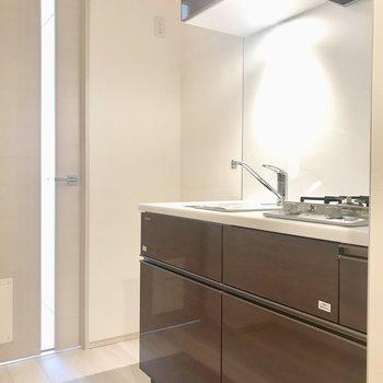冷蔵庫は奥のスペースに。※写真は6階の反転間取り別部屋のものです