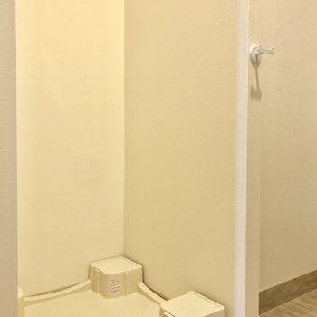 洗濯機置き場は玄関横に。※写真は6階の反転間取り別部屋のものです