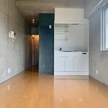 キッチン左に冷蔵庫。ステンレスのモノが似合いそう。