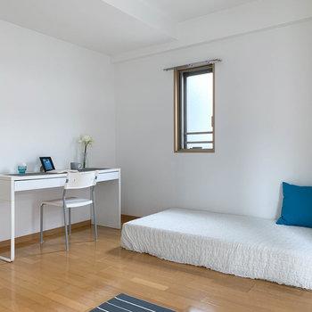 ベッドとデスクを置いてもゆったりと。※写真は7階の反転間取り別部屋のものです