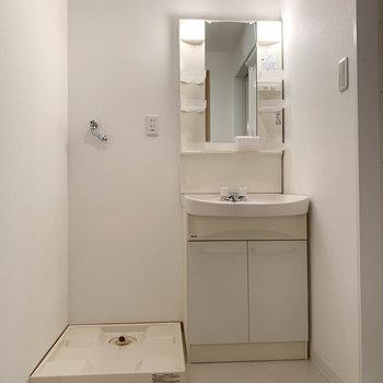 サニタリーには大型の洗面台がしっかりと。※写真は7階の反転間取り別部屋のものです