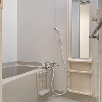 シンプルなお風呂。※写真は7階の反転間取り別部屋のものです