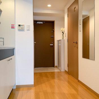 さて廊下へ。広いですね。※写真は7階の反転間取り別部屋のものです