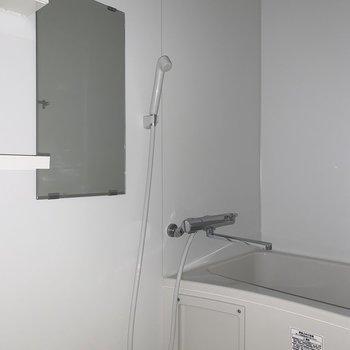 お風呂は一人暮らしにはピッタリのサイズ※写真は通電前のものです。フラッシュを使用して撮影しています
