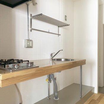 キッチンはスタイリッシュ。下の方に収納空間を確保できますね