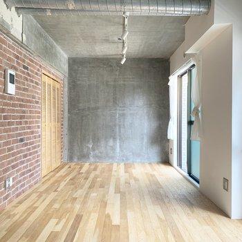 コンクリート打ちっぱなしの壁と天井です